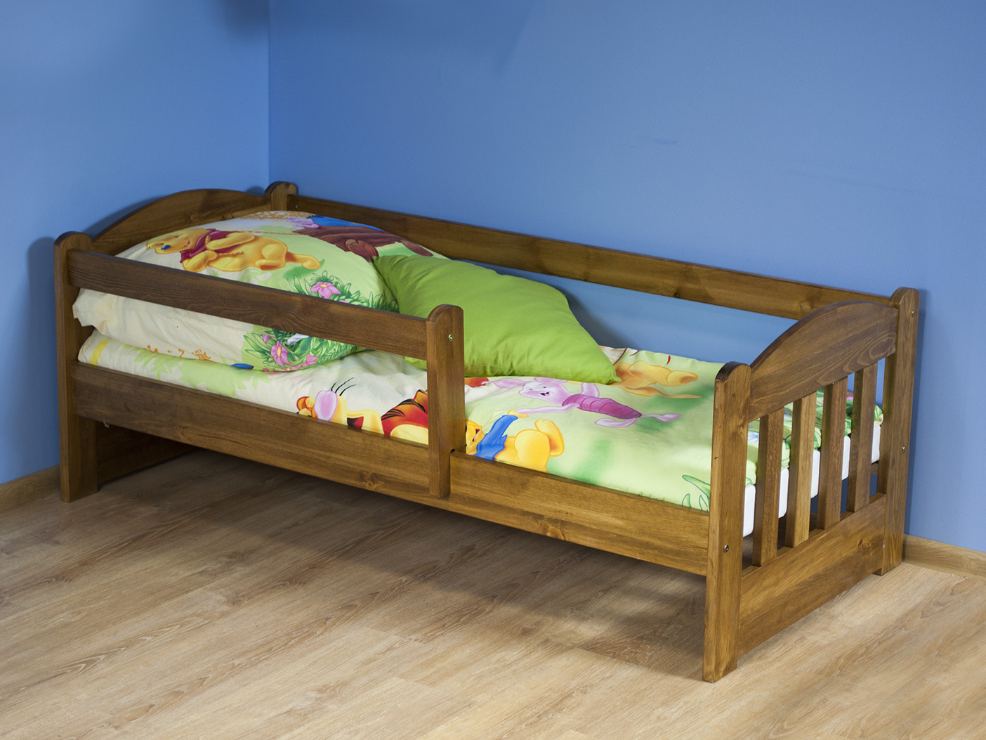 MAGNAT Dětská postel OLA 70x160 cm s matrací a roštem, masiv borovice/moření dub